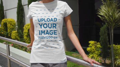 T-Shirt Video of a Young Woman Walking Towards a Building in the City 3389v